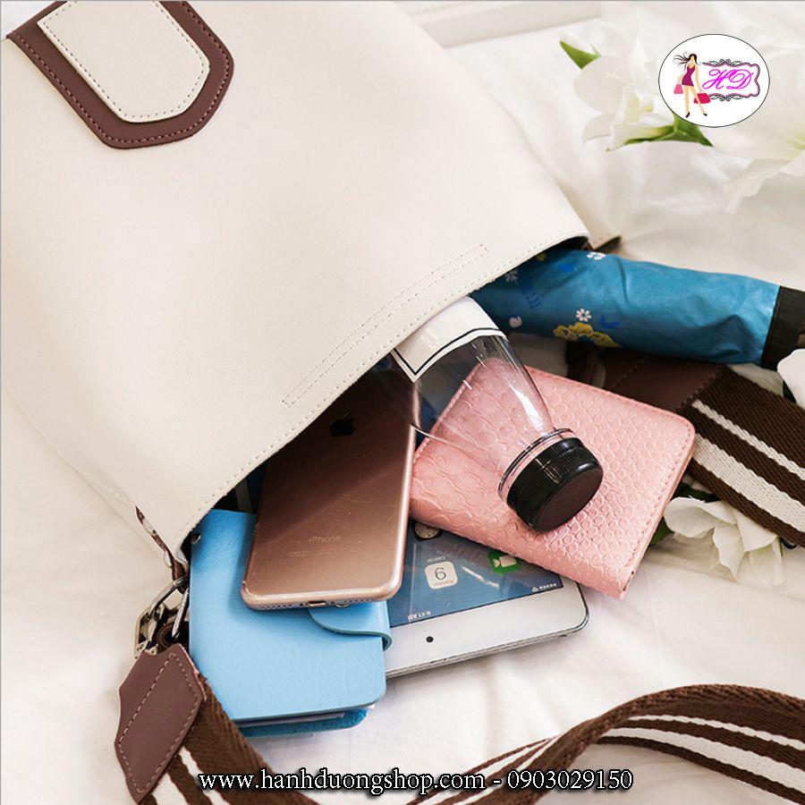 Túi rộng tha hồ chứa các vật phẩm cần thiết như đồ trang điểm, điện thoại, dù, ví ....