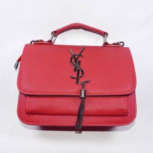Túi xách màu đỏ đô, có dây đeo chéo tiện dụng thời trang
